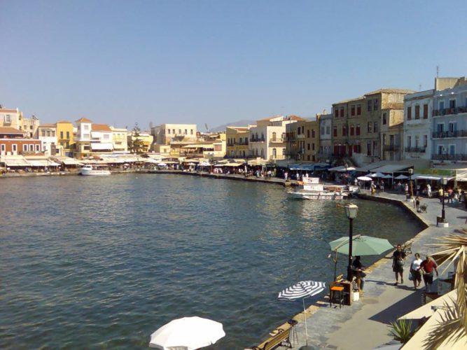 Περιορίζεται ο κοινόχρηστος χώρος για τα καταστήματα στο λιμάνι των Χανίων