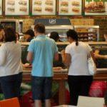 Τι αλλάζει στους μισθούς των εργαζομένων στα φαστ φουντ