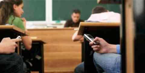 Τέλος τα κινητά τηλέφωνα στα σχολεία και η ανάρτηση φωτογραφιών από σχολικές γιορτές