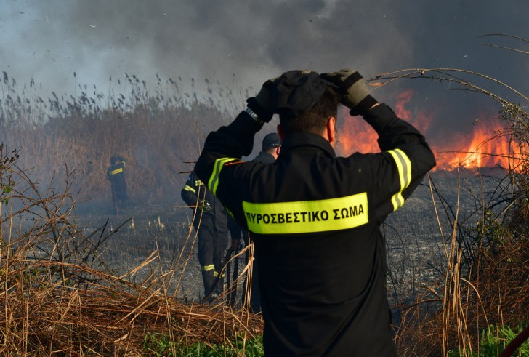 Σε επιφυλακή και σήμερα στην Κρήτη οι πυροσβεστικές δυνάμεις