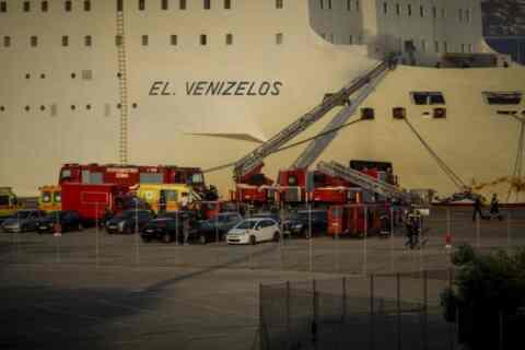 """Στο Πέραμα ρυμουλκήθηκε το """"Βενιζέλος"""" για να αποκατασταθούν οι ζημιές του"""