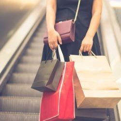 """Τουρισμός και εισαγόμενη κατανάλωση """"κρατούν ψηλά"""" τον τζίρο του λιανεμπορίου"""