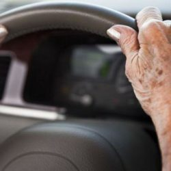 Οι γιατροί θα κρίνουν αν οι ηλικιωμένοι θα μπορούν να οδηγούν