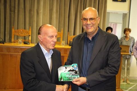 Ο Δήμος Χανίων τίμησε τον θρύλο του Ελληνικού ποδοσφαίρου, Μίμη Δομάζο