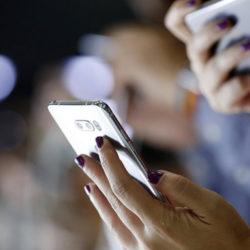 """Πώς τα «έξυπνα» κινητά μετατρέπονται σε """"big brother"""" στα χέρια μας"""