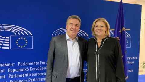 Με την επίτροπο Περιφ. Πολιτικής συναντήθηκε στις Βρυξέλλες ο Αρναουτάκης