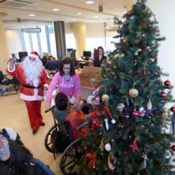 Τα παιδιά του ΚΗΦΑΑΜΕΑ Χανίων στόλισαν φέτος το χριστουγεννιάτικο δέντρο της Τράπεζας Χανίων
