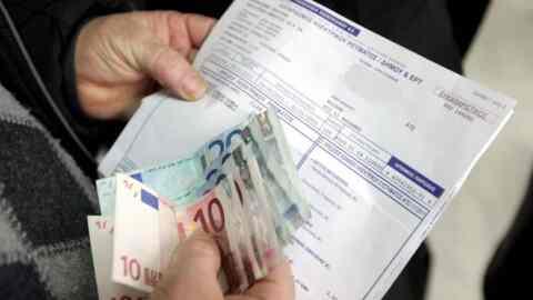 Κατάργηση της χρέωσης του 1 ευρώ για τους έντυπους λογαριασμούς ζητεί ο Συνήγορος του Καταναλωτή από τη ΔΕΗ