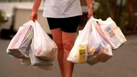 """""""Πόλεμος"""" της κυβέρνησης στα πλαστικά μίας χρήσης. Έρχεται περιβαλλοντικό τέλος σε όλες τις σακούλες"""