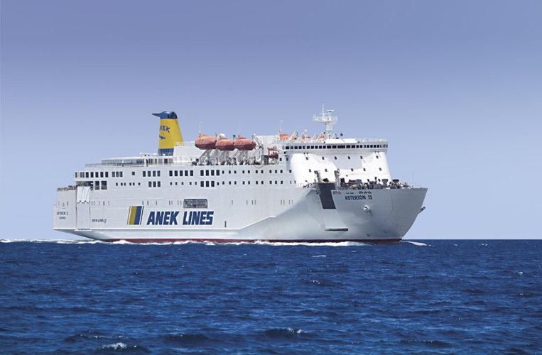 """Ο καπετάνιος του """"Αστερίων ΙΙ"""" της ΑΝΕΚ, παλεύει με τα κύματα στην Αδριατική (video)"""