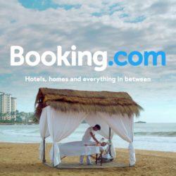 Η Booking αίρει περιορισμούς στις προσφορές διαμονής. Τι ανακοίνωσε στους ξενοδόχους
