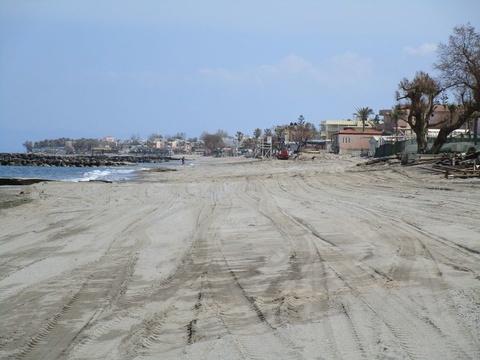 Σε εξέλιξη οι εργασίες καθαρισμού των παραλιών από το Δήμο Χανίων