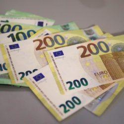 Αυτά είναι τα νέα χαρτονομίσματα των 100 και 200 ευρώ. Σήμερα η επίσημη πρεμιέρα τους