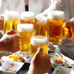 Πόσο αλκοόλ πίνουν οι Έλληνες και πότε θεωρείται κάποιος αλκοολικός