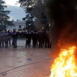 Αναζωπυρώνεται η ένταση στην Αλβανία: βίαια επεισόδια μεταξύ διαδηλωτών και αστυνομίας