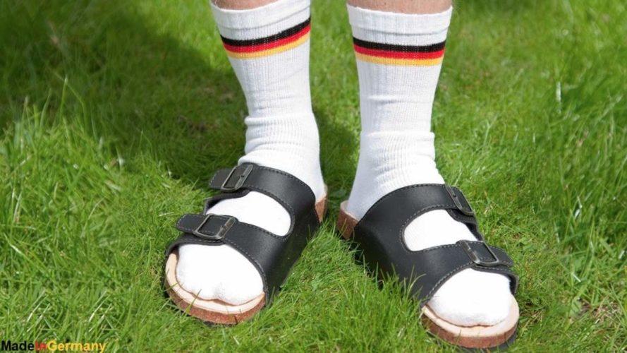 Η γερμανική πρεσβεία αυτοσαρκάζεται στο twitter για το πέδιλο με την κάλτσα