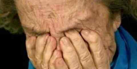 Χτύπησε την ηλικιωμένη μητέρα της και την παράτησε στην αυλή του σπιτιού
