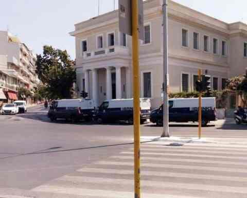 Στον Γιάννη Στουρνάρα έθεσε το πρόβλημα με τις χρηματαποστολές μπροστά στην ΤτΕ, ο δήμαρχος Χανίων