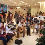 Τα παιδιά του 1ου Ειδικού Δημοτικού Σχολείου στόλισαν φέτος το χριστουγεννιάτικο δέντρο της Τράπεζας Χανίων