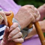 ΟΟΣΑ: Ταχύτατη η γήρανση του πληθυσμού στην Ελλάδα – Πώς πιέζει το ασφαλιστικό