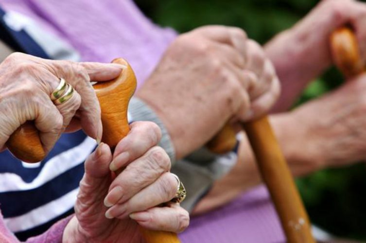ΟΟΣΑ: Ταχύτατη η γήρανση του πληθυσμού στην Ελλάδα - Πώς πιέζει το ασφαλιστικό