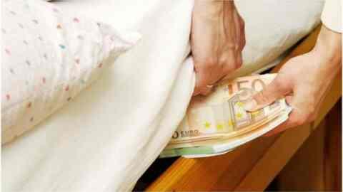 Μειώθηκαν το 2019, τα χρήματα που φυλάνε στα σεντούκια οι Έλληνες