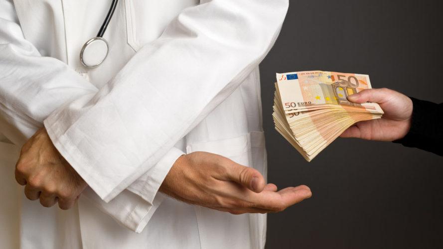 Επτά στους 10 Έλληνες έχουν δώσει φακελάκι, τουλάχιστον μία φορά