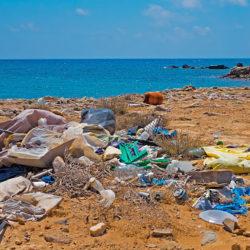 """Περιφέρεια, Δήμοι και Ξενοδόχοι Κρήτης """"πολεμούν"""" την πλαστική ρύπανση στις ακτές της Κρήτης"""
