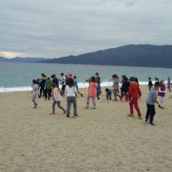 Μαθητές και φορείς του Πλατανιά, καθαρίζουν την παραλία του Ταυρωνίτη