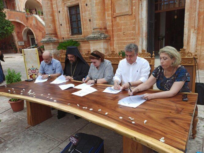 Λίνα Μενδώνη και  Στ. Αρναουτάκης υπόγραψαν σύμβαση  για την προστασία της Μονής Αγ Τριάδας