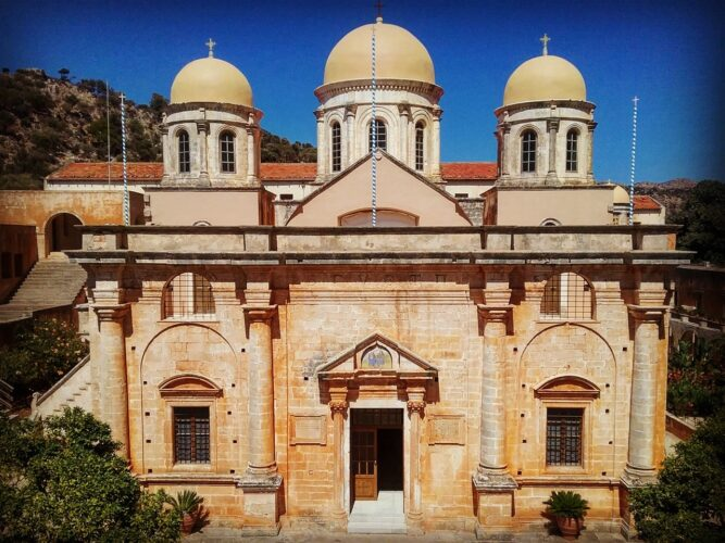 Υπεγράφη από τον Περιφερειάρχη σύμβαση αποκατάστασης της Μονής της Αγίας Τριάδος Τζαγκαρόλων