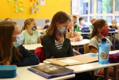 Τηλεδιάσκεψη κυβερνητικών στελεχών με Περιφερειάρχες και Δ/ντες Υγείας για την διαχείριση κρουσμάτων COVID-19 στα σχολεία