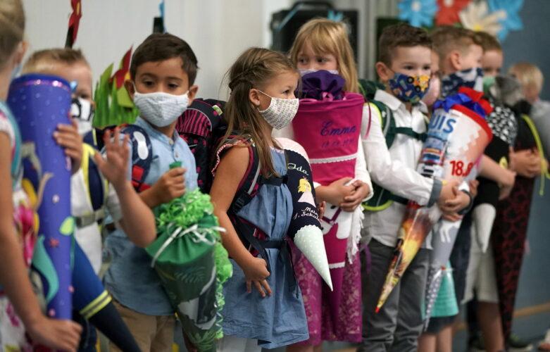 Μάσκα στα σχολεία: Πώς να πείσουμε τα μικρά παιδιά να τη φορούν