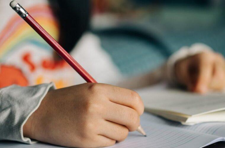 Το γράψιμο με το χέρι και όχι με το πληκτρολόγιο κάνει τα παιδιά εξυπνότερα