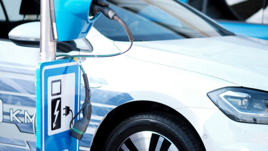 """Δωρεάν στάθμευση για δύο χρόνια τα ηλεκτροκίνητα και τα """"plug in"""" αυτοκίνητα"""