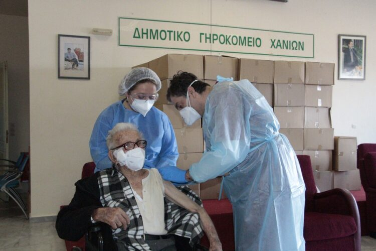 Ξεκίνησαν οι εμβολιασμοί στο Δημοτικό Γηροκομείο Χανίων