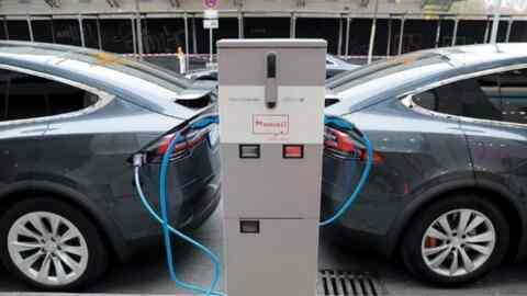 Έρχονται ειδικές σημάνσεις για ηλεκτρικά οχήματα και σταθμούς φόρτισης