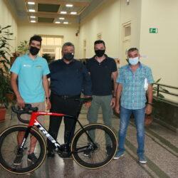 Η Περιφέρεια προσέφερε ένα αγωνιστικό ποδήλατο στον Χανιώτη πρωταθλητή Πολυχρόνη Τζωρτζάκη